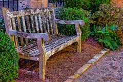 Brown drewniana ławka z mech dorośnięciem obrazy stock