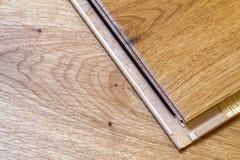 Brown drewniana parkietowa podłoga zaszaluje instalaci, zakończenie up Carpe Zdjęcia Royalty Free