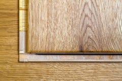Brown drewniana parkietowa podłoga zaszaluje instalaci, zakończenie up Carpe Obrazy Stock