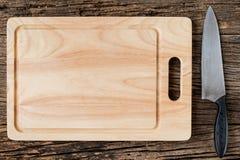 Brown drewniana Tnąca deska na nieociosanym stołowym zbliżeniu, drewnianym Fotografia Stock