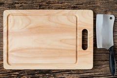 Brown drewniana Tnąca deska na nieociosanym stołowym zbliżeniu, drewnianym Zdjęcie Royalty Free