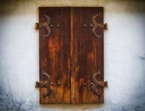 Brown drewniane nadokienne żaluzje z starego kamiennej ściany tła starym drewnianym okno projektują Zdjęcia Royalty Free