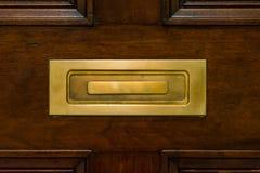 Brown Drewnianego drzwi Mailslot metalu zbliżenia Zamknięta Złota tekstura P obrazy royalty free