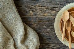 Brown drewniani talerze na wieśniaka stole, burlap grabije na drewnie Fotografia Royalty Free