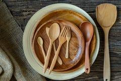 Brown drewniani talerze na wieśniaka stole, burlap grabije na drewnie Obraz Stock