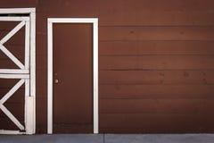 Brown drewniany drzwi z biel ramą fotografia stock