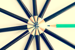 Brown drewniany ołówek układa jako kurenda z jeden różny pe obraz stock