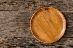 Brown drewniany talerz na nieociosanym stołowym zbliżeniu horyzontalny wierzchołek Zdjęcia Royalty Free