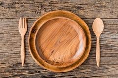 Brown drewniany talerz na nieociosanym stołowym zbliżeniu horyzontalny wierzchołek Fotografia Stock