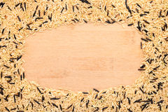 Brown e arroz misturado selvagem quadro em um bambu Imagem de Stock Royalty Free
