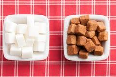 Brown e cubi bianchi di zucchero Immagine Stock