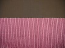 Brown e fundo cor-de-rosa do às bolinhas Imagens de Stock