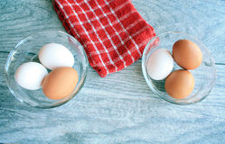 Brown e ovos brancos Imagens de Stock Royalty Free