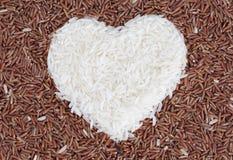 Brown e riso bianco con forma del cuore Fotografia Stock Libera da Diritti