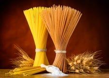 Brown e spaghetti gialli con grano e farina Fotografia Stock Libera da Diritti