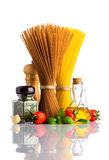 Brown e spaghetti gialli con le spezie su bianco Immagine Stock