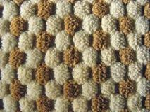 Brown e struttura bianca del tessuto della peluche di rilievo immagini stock