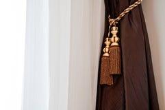 Brown e tenda bianca con illuminazione della finestra Fotografia Stock