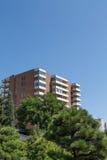 Brown e torre bianca del condominio in alberi verdi Immagine Stock Libera da Diritti