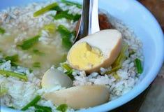 Brown-Ei auf Suppenlöffel in gekochtem Reis Lizenzfreie Stockfotos
