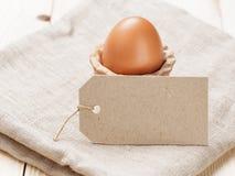 Brown-Ei im handgemachten Halter Lizenzfreies Stockbild