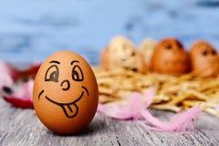 Brown-Ei mit einem lustigen Gesicht Stockfotografie