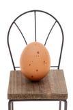 Brown-Ei mit kleinem Stuhl Stockfoto