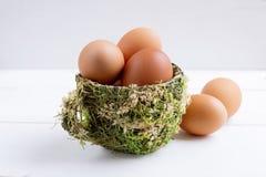Brown-Eier in der dekorativen Schale Stockfotografie