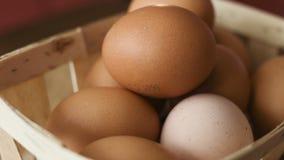 Brown-Eier in einem hölzernen Korb, der herum auf eine Tabelle spinnt stock video footage