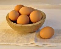Brown-Eier in hölzernen Bowl.jpg Stockbild