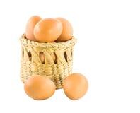 Brown-Eier im Korb lokalisiert auf Weiß Lizenzfreies Stockfoto