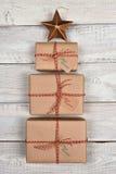 Brown a enveloppé des cadeaux de Noël Images stock