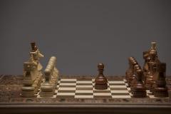 Brown et chiffres blancs sur le bureau d'échecs Image libre de droits
