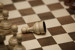 Brown et chiffres blancs sur le bureau d'échecs Photographie stock libre de droits