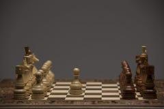 Brown et chiffres blancs sur le bureau d'échecs Photos stock