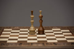 Brown et chiffres blancs sur le bureau d'échecs Photographie stock