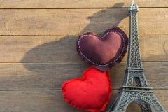 Brown et oreillers rouges de coeur et Eiffel Tower modèle sur t en bois Photo libre de droits