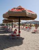Brown et parapluie de plage rouge Image libre de droits