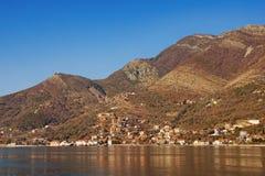 Brown et paysage bleu Compartiment de Kotor, Monténégro L'espace libre pour le texte Image libre de droits