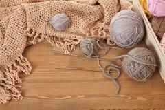 Brown fez malha a manta e o fio no fundo de madeira foto de stock royalty free