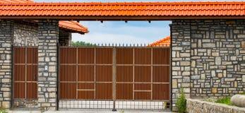Brown forjou portas automáticas na casa de campo imagem de stock royalty free