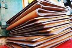 Brown garnissent en cuir le fond de livres sur la table rouge, se ferment  photo libre de droits