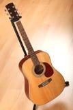 Brown-Gitarre auf Nullhintergrund Stockbild