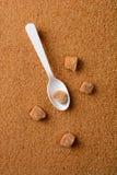 Brown granulado Sugar Spoon y terrones Imagenes de archivo