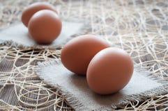 Brown-Hühnereier auf einer Leinenserviette Lizenzfreie Stockfotos
