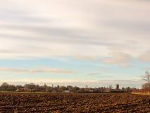 Brown ha arato il campo agricolo fuori del gro del cielo del paesaggio dell'azienda agricola Fotografia Stock Libera da Diritti