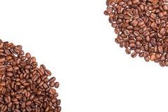 Brown ha arrostito i chicchi di caffè vicino su su fondo bianco Fotografia Stock Libera da Diritti