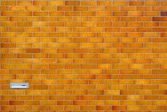 Brown ha coperto di tegoli la parete con la cassetta postale Fotografie Stock Libere da Diritti