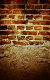 Brown ha fenduto il vecchio muro di mattoni e una pietra giù Fotografie Stock