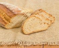 Brown ha germogliato le orecchie del grano e del pane sul primo piano della tela di sacco Fotografia Stock Libera da Diritti